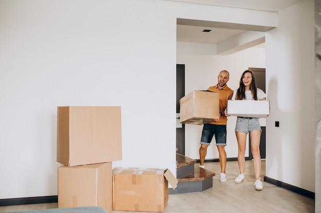 Giovane famiglia che si trasferisce nella loro nuova casa