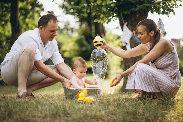 Giovane famiglia con figlio piccolo nel parco