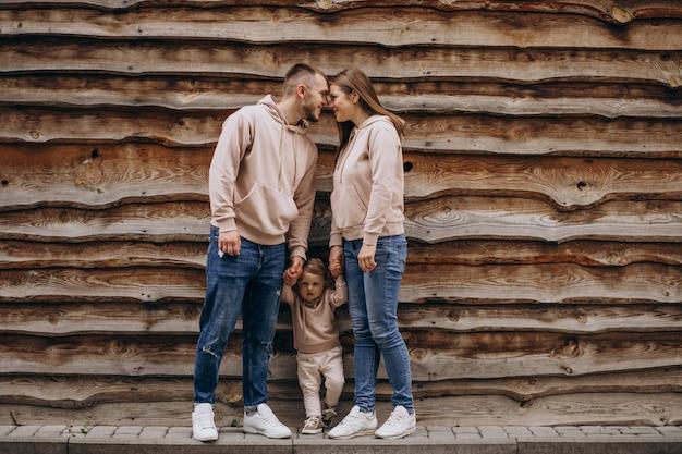 Giovane famiglia con il loro piccolo bambino nel parco