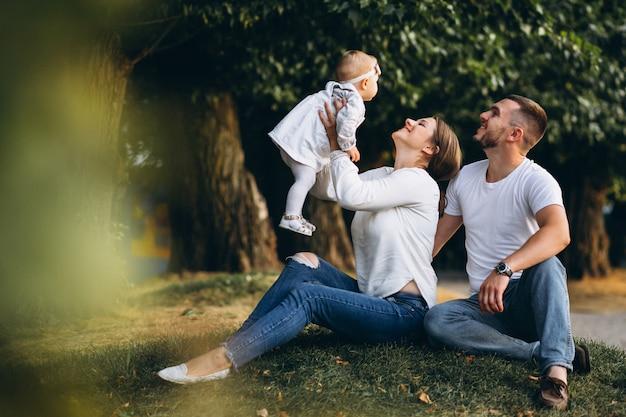 Giovane famiglia con la loro piccola figlia in autunno parco