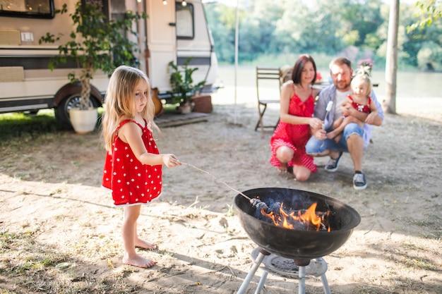 Giovane famiglia di quattro persone che hanno picnic