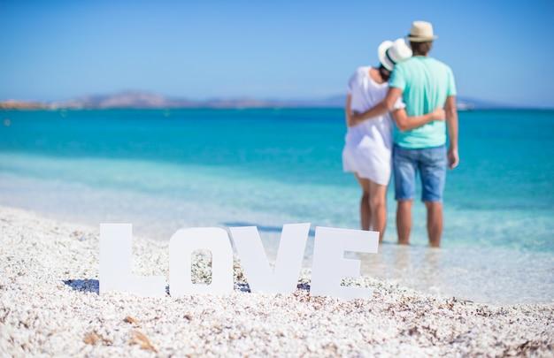 Giovane famiglia felice sulla spiaggia durante le vacanze estive