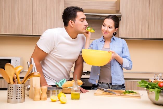 Giovane famiglia in cucina