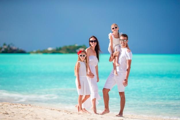 Giovane famiglia in vacanza divertendosi