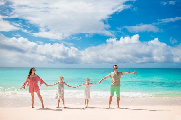 Giovane famiglia in vacanza sulla spiaggia. concetto di viaggio con la famiglia