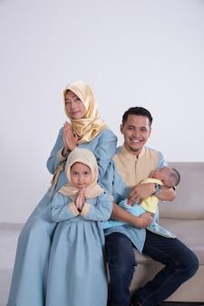 Giovane famiglia musulmana asiatica felice