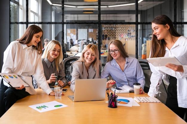 Giovane femmina al lavoro incontro mock-up