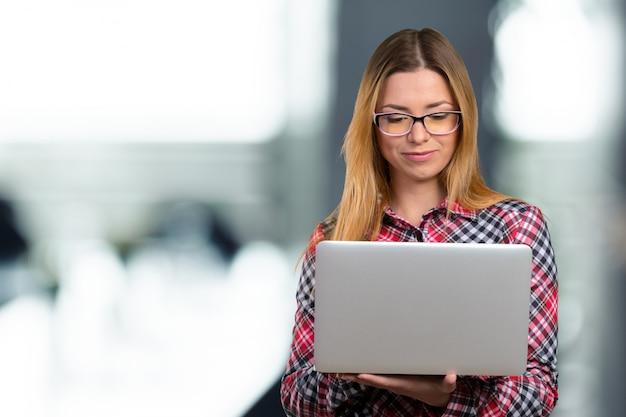 Giovane femmina che lavora al computer portatile