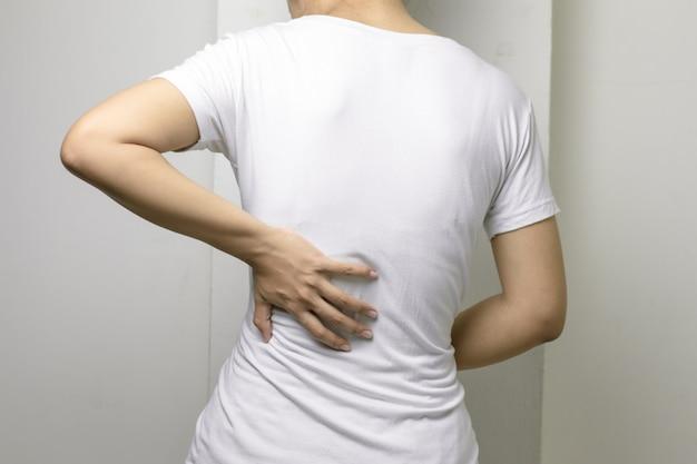 Giovane femmina con mal di schiena.