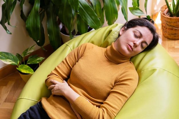Giovane femmina con problemi intestinali che cerca di calmare il dolore.