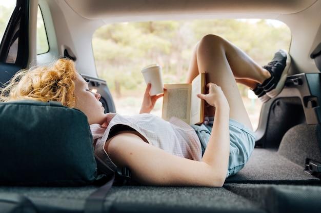 Giovane femmina della testarossa che si trova in automobile