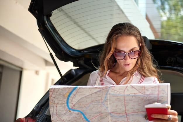 Giovane femmina mappa di controllo durante il viaggio