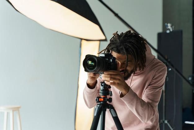Giovane fotografo che fa il suo lavoro