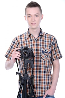 Giovane fotografo maschio con fotocamera digitale professionale.