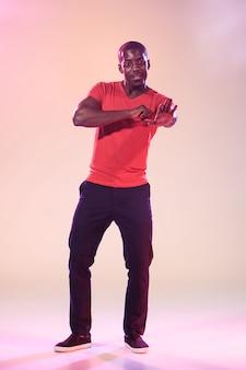 Giovane freddo uomo di colore che balla