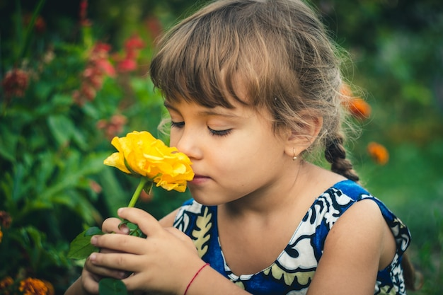 Giovane giardiniere della rosa gialla