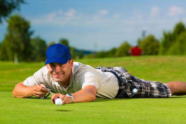 Giovane giocatore di golf sul mettere naturalmente