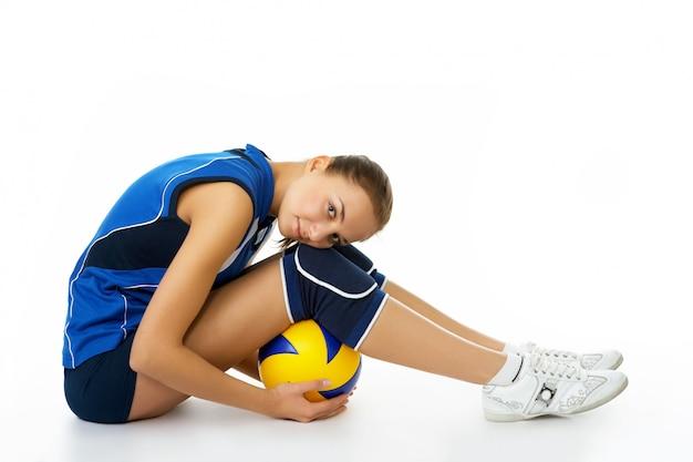 Giovane, giocatore di pallavolo di bellezza. isolato su bianco in studio
