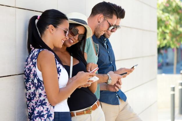 Giovane gioco di telefonia mobile persone felici