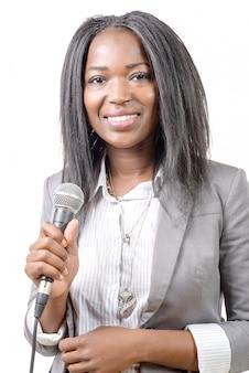 Giovane giornalista afroamericano con un microfono