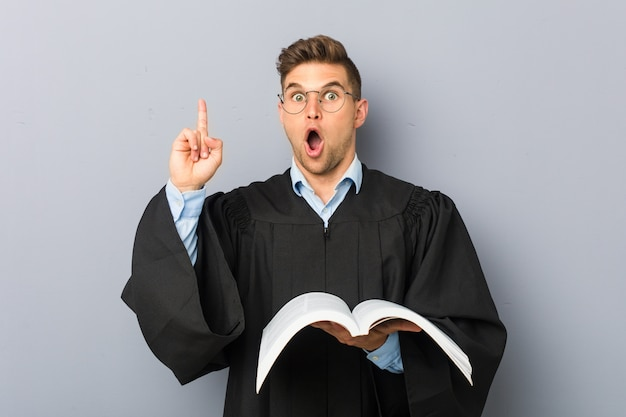 Giovane giurista in possesso di un libro con qualche idea geniale, concetto di creatività.