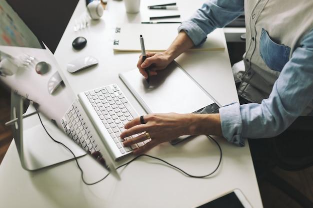 Giovane graphic designer che lavora in ufficio