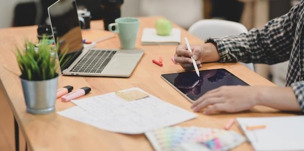 Giovane graphic designer motivato che progetta il suo progetto