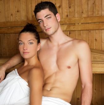 Giovane gruppo di terapia della stazione termale di sauna in stanza di legno