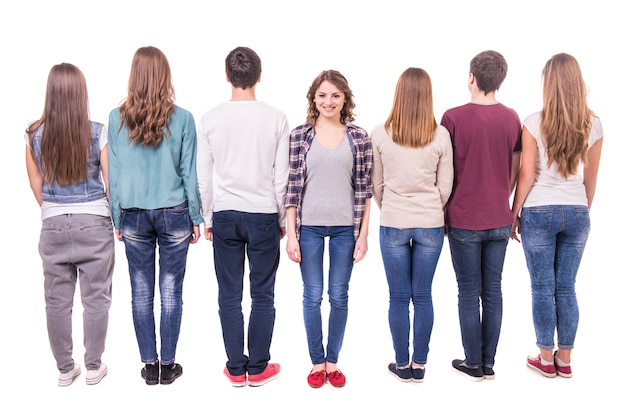 Giovane gruppo in piedi con la schiena