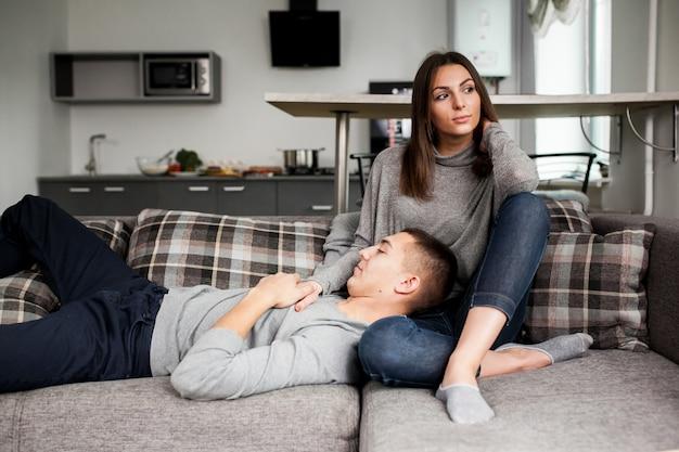 Giovane guardaroba del divano della stanza bella