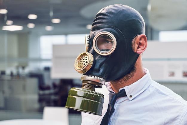 Giovane impiegato, al lavoro in una maschera a pieno facciale. protezione dalle infezioni.