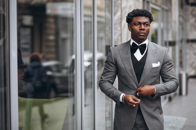 Giovane imprenditore africano in abito di classe