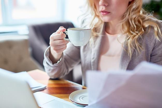 Giovane imprenditore al tavolo del caffè