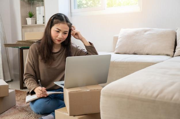 Giovane imprenditore asiatico infelice stufo di problemi nel fare affari a casa ufficio