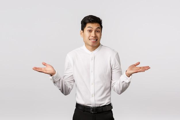 Giovane imprenditore asiatico sorridente allegro con la camicia bianca