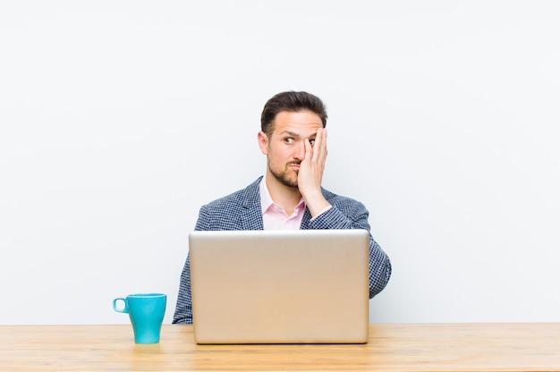 Giovane imprenditore bello sentirsi annoiato