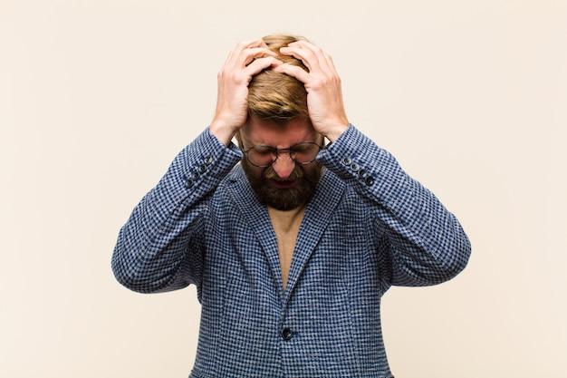 Giovane imprenditore biondo sentirsi stressato e frustrato