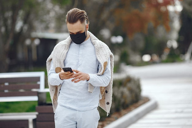Giovane imprenditore camminando per la strada