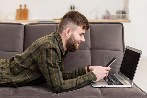 Giovane imprenditore che gode del lavoro a distanza