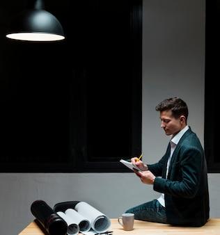 Giovane imprenditore che lavora di notte