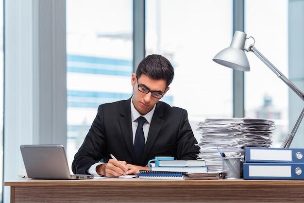 Giovane imprenditore che lavora in ufficio