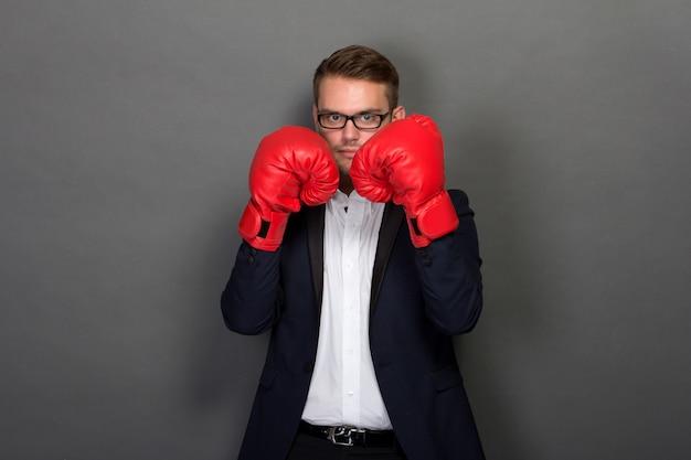 Giovane imprenditore con guantoni da boxe