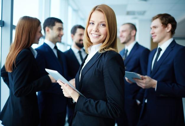 Giovane imprenditore con sfondo collaboratori