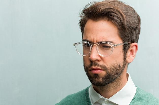 Giovane imprenditore handsome faccia closeup molto arrabbiato e sconvolto, molto teso
