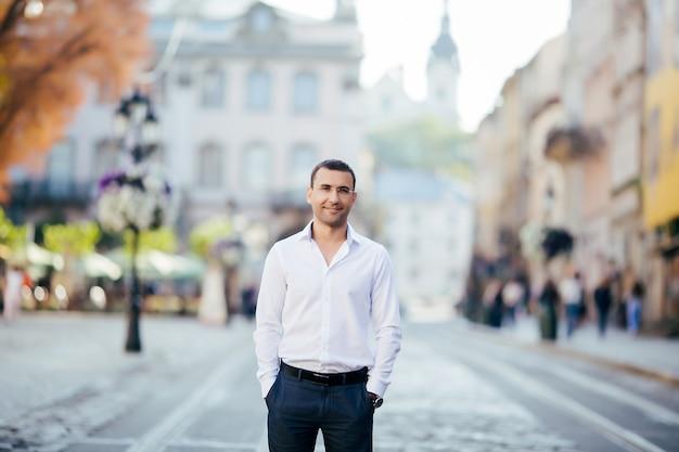 Giovane imprenditore in città indossando una camicia