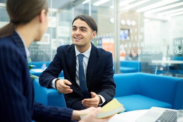 Giovane imprenditore in riunione