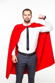 Giovane imprenditore in un eroe mantello rosso su sfondo bianco
