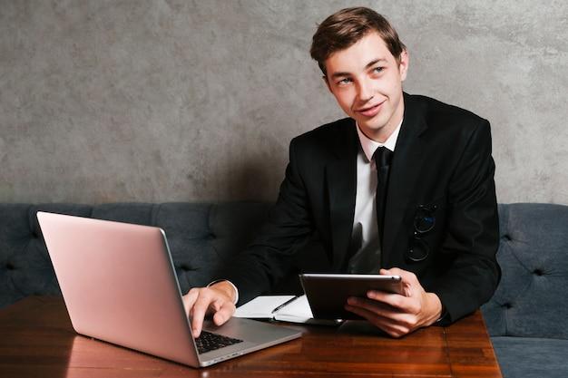 Giovane imprenditore sul posto di lavoro