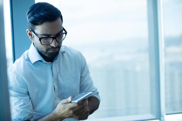 Giovane imprenditore utilizzando il telefono cellulare