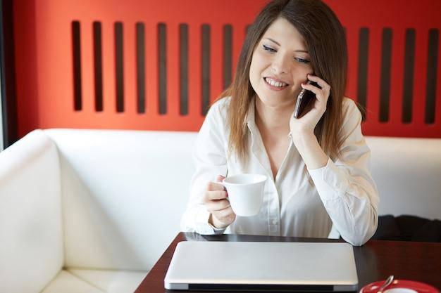 Giovane imprenditrice che lavora al caffè